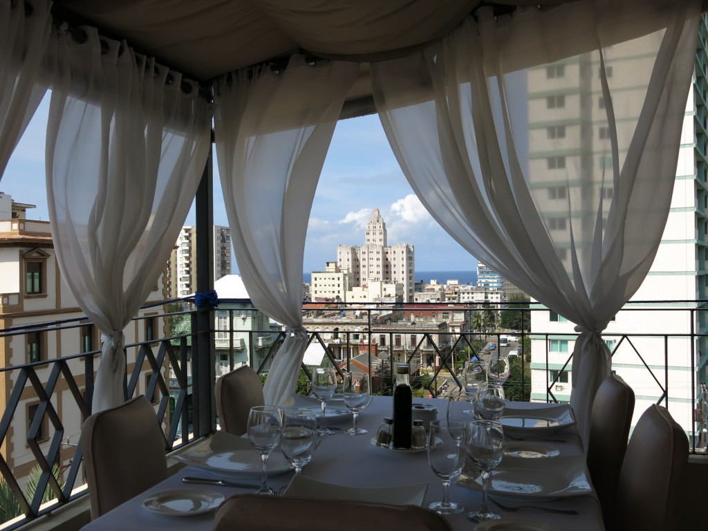 Uitzicht over Vedado bij Cafe Laurent Havanna Cuba (foto: Caperleaves)