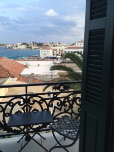 Uitzicht vanuit hoekkamer Poseidonion Hotel, Spetses (foto: Caperleaves)