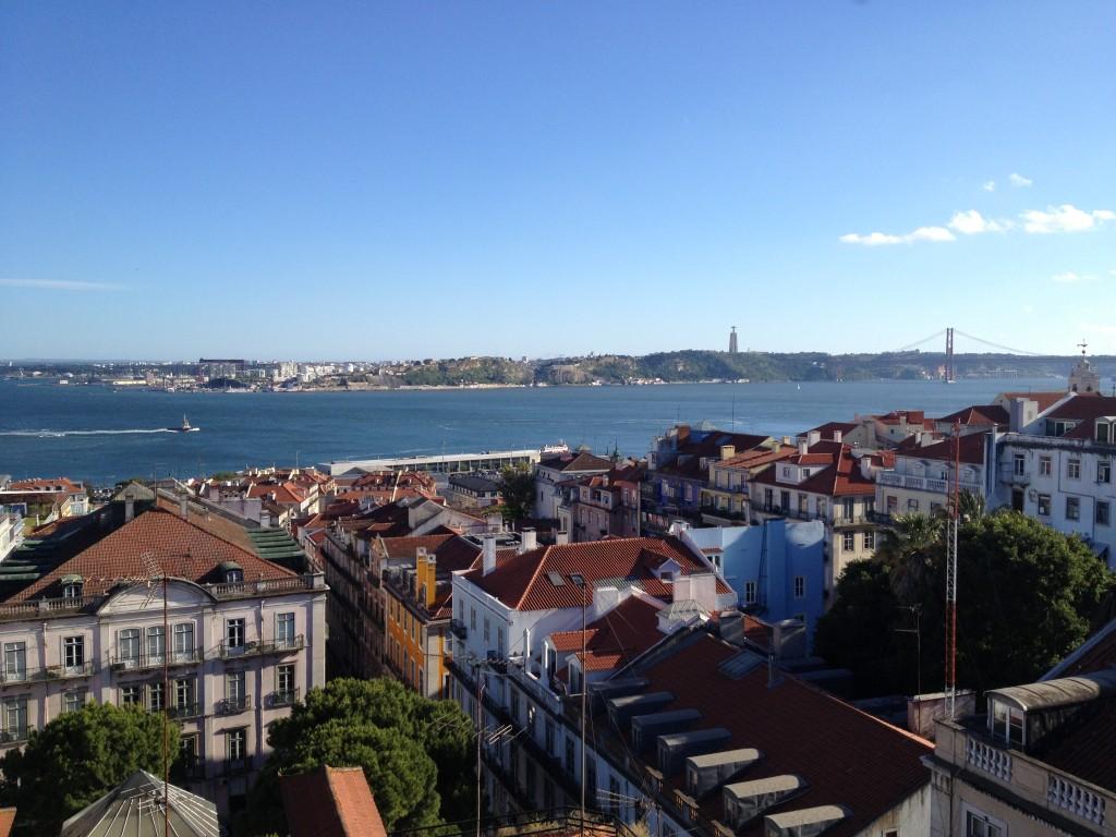 Uitzicht vanaf het terras van Bairro Alto Hotel, Lissabon (foto: Caperleaves)