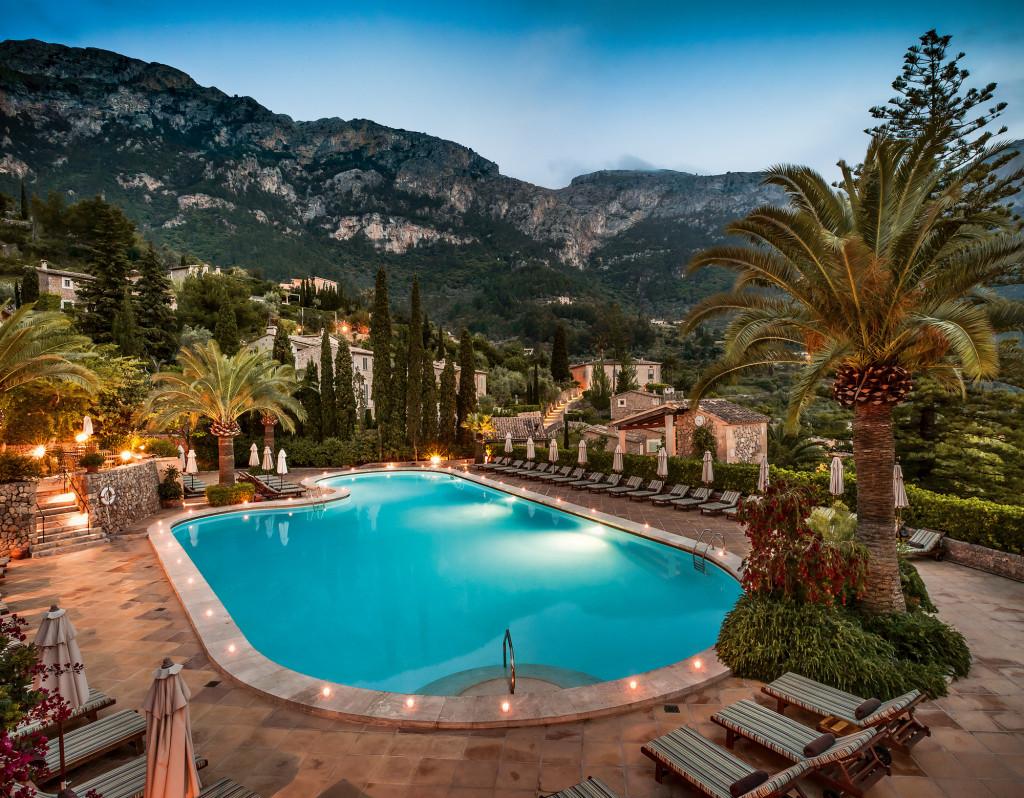 La Residencia zwembad met backdrop