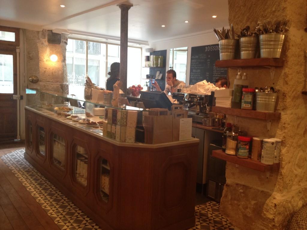 De comptoir van Cafe Pinson Parijs