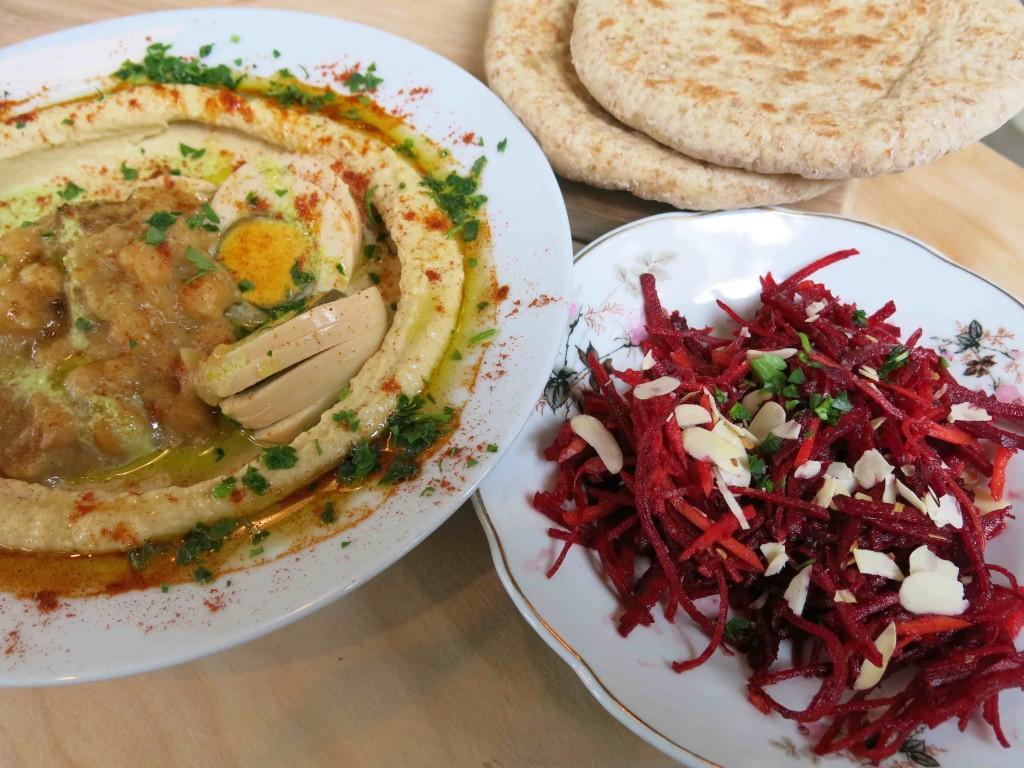 Hummus met magic egg bij Sir Hummus (foto: Caperleaves)