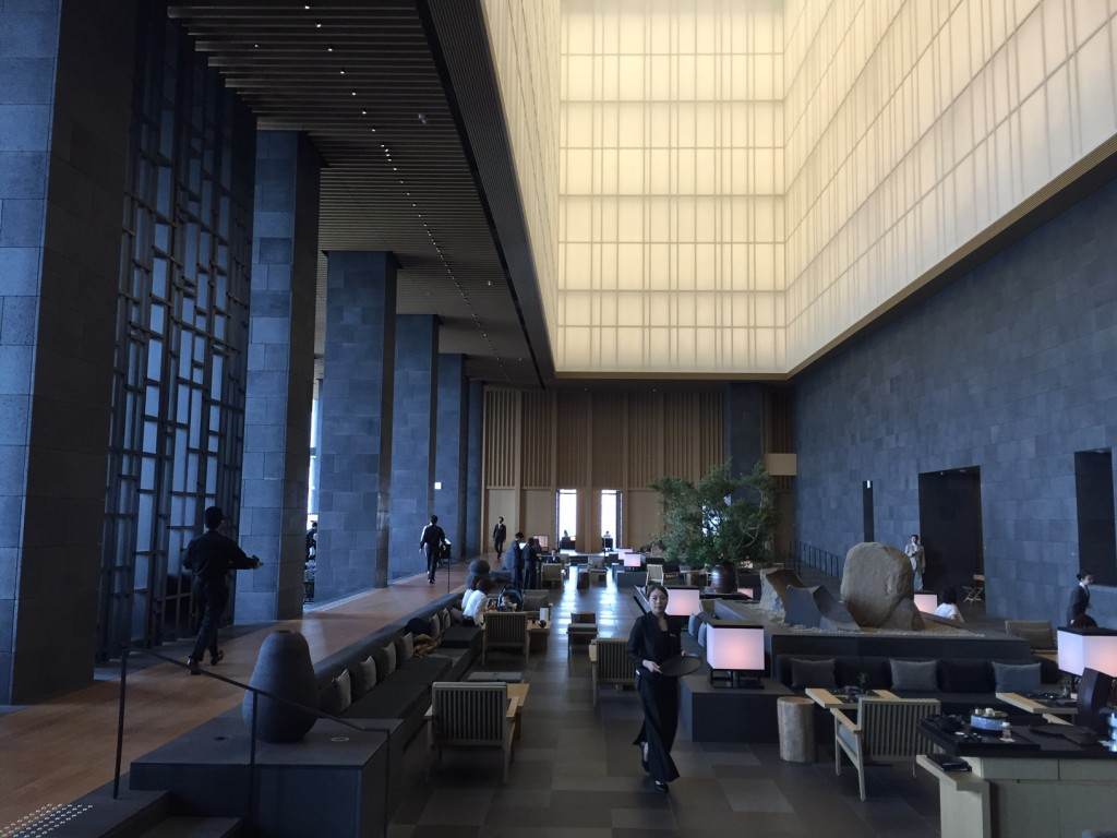 Deel van de lobby Aman Tokyo (foto: Caperleaves)